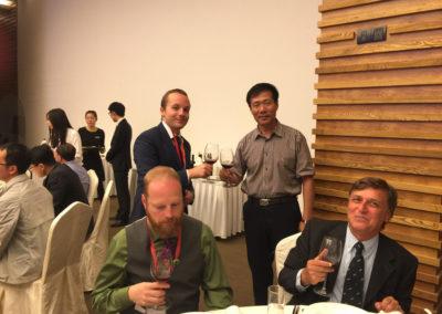 Tymoteusz Mróz podczas toastu z burmistrzem Erdobeihe Town